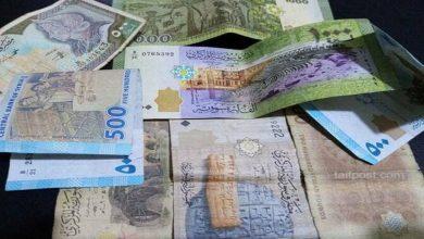 صورة الليرة السورية تسجل رقمًا قياسيًا جديدًا مقابل العملات الأجنبية .. وارتفاع حاد بأسعار الذهب