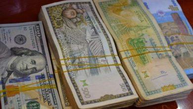 صورة الليرة السورية تشهد تراجعًا قياسيًا أمام العملات الأجنبية.. وارتفاع كبير بأسعار الذهب محليًا