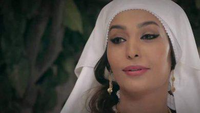 صورة بعد أن تمنت الزواج من رجل يشبه والدها .. روعة ياسين بالفستان الأبيض والعريس: سأضعها بعيوني