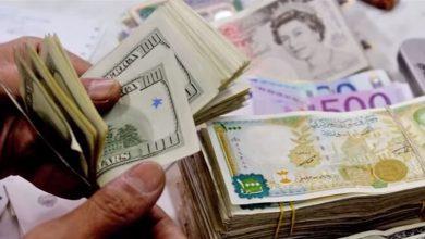صورة الليرة السورية تتابع تراجعها أمام الدولار والعملات الأجنبية.. وارتفاع بأسعار الذهب محليًا وعالميًا