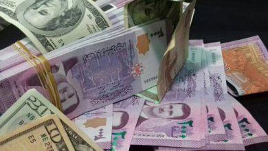 صورة انخفاض في قيمة الليرة السورية أمام الدولار والعملات الأجنبية.. وهذه أسعار الذهب