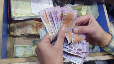 صورة الليرة السورية تواصل انخفاضها أمام الدولار والعملات الأجنبية.. وارتفاع بأسعار الذهب محليًا وعالميًا
