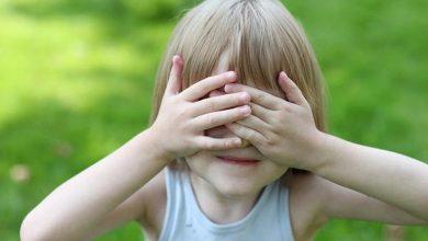 صورة طفلك يخجل كثيراً .. إليك أفضل الطرق لجعل طفلك ناجحاً اجتماعياً