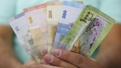 صورة الليرة السورية تحافظ على قيمتها أمام الدولار والعملات الأجنبية .. وارتفاع بأسعار الذهب محليًا وعالميًا