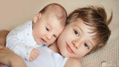 صورة كيف تتعاملين مع ابنك الأول في حال صار يشعر بالغيرة من المولود الجديد.. وكيف تنتبهين لتلك المسألة
