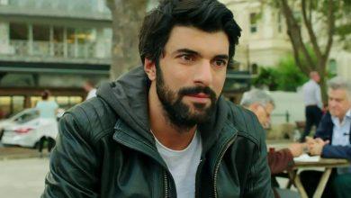 """صورة يعيش حياته الخاصة بعيداً عن الإعلام ويلتقي مع حبيبته سراً .. حكاية الممثل التركي المشهور """"أنجين أكيوريك"""" وأبرز محطات حياته!"""