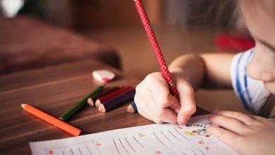 صورة منها تأمين الأدوات المناسبة وإظهار الاهتمام به وإعطائه الحرية .. أبرز الوسائل المساعدة على تعليم طفلك الكتابة