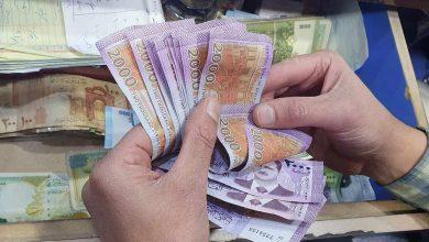 صورة الليرة السورية تستمر بالتراجع أمام العملات الأجنبية.. وهذه أسعار الذهب محليًا وعالميًا